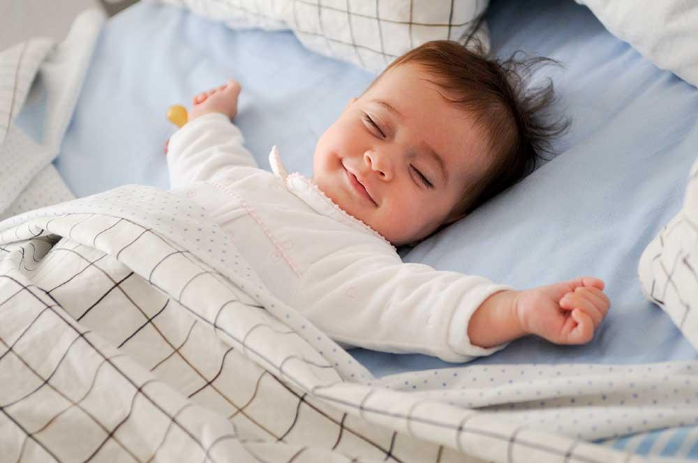 glückliches Kind im Bett